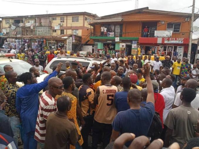 drama as frustrated driver strips lies under lastma vehicle to evade arrest 3