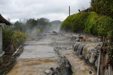 das 100°C heiße Wasser wird über Steintrassen auf angenehme 40°C heruntergekühlt...