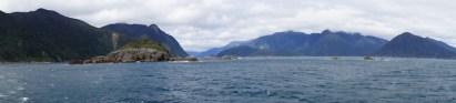 Panorama am Doubtful Sound vom Meer aus gesehen.