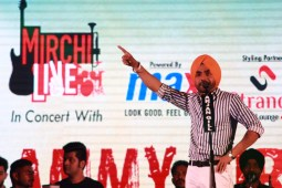 'Nikka Zaildar 2' Ammy Virk patrols the plaza with Mirchi live