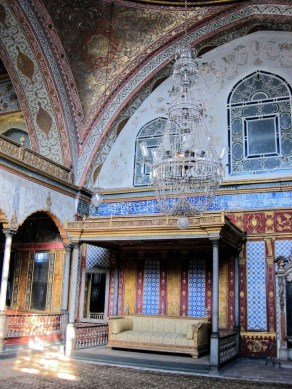 imperial-hall-with-throne-sultan-topkapi-palace-istanbul-turkey_tonemapping-720x960