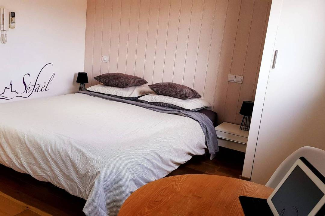 apartment bed in marseille