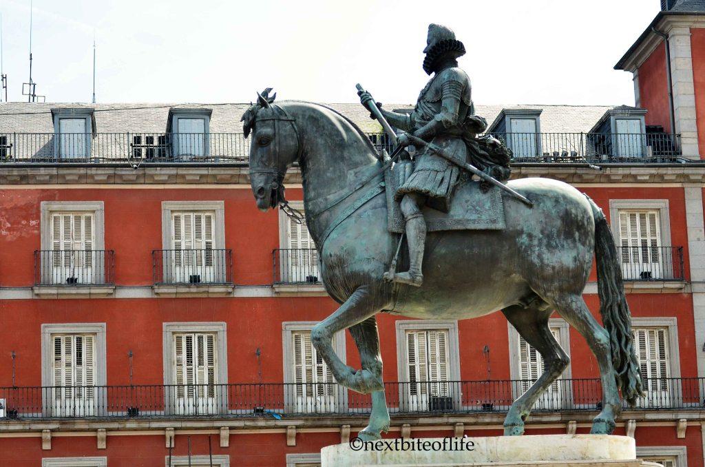 statue at plaza mayor madrid