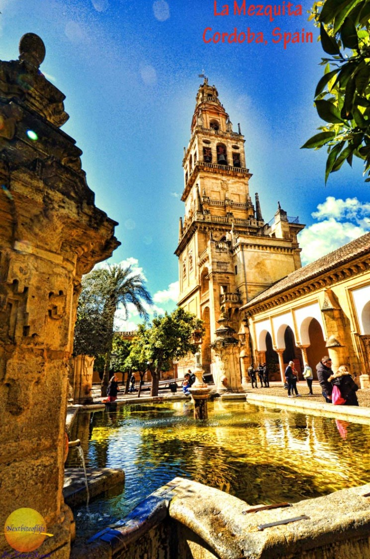 mezquita courtyard with minaret and fountain