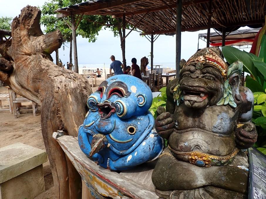 Monkey sacred - mythologie balinaise sur la plage. Fronton d'un restaurant