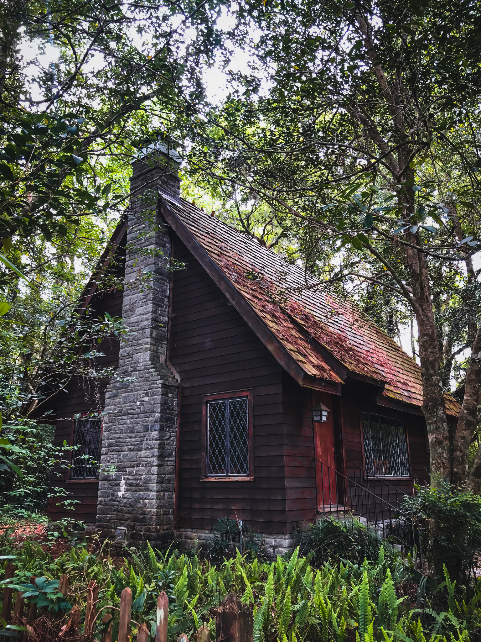 English-style fairy tale cottage in Tallahassee on lichgate on high road
