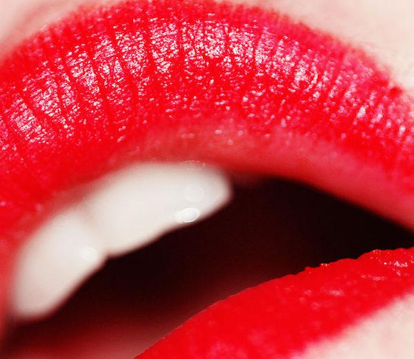 691px-Red_lipstick_(photo_by_weglet)