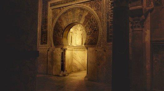 Porte ancienne, symbole de passage entre l'intérieur et l'extérieur,  support de méditation