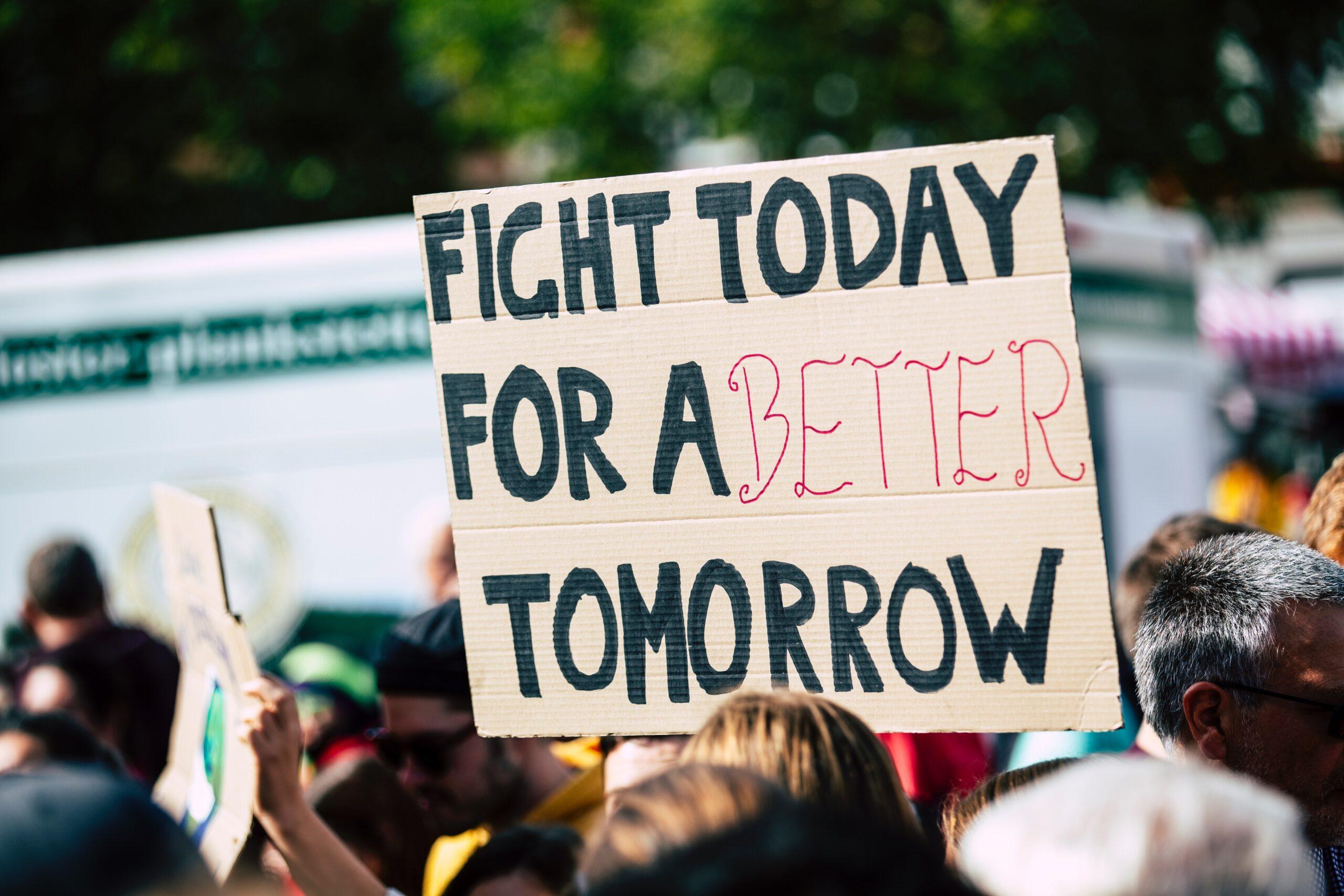 Митинг против проведения операций на детях с НФП прошел у одной из клиник Нью-Йорка