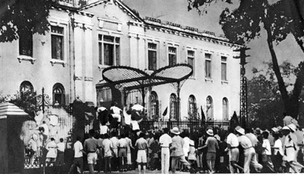 Hanoi,_The_uprising_on_August_19,_1945