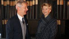 Dr. Brigitte Pfeil (Leitung der Sondersammlungen der Landesbibliothek) gemeinsam mit Verleger Conrad Fischer vor einem Teil des Bernecker-Verlagsarchivs ©Foto: pm | nh