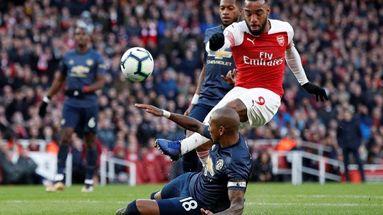 ashley-young-noi-gi-sau-tran-thua-0-2-truoc-arsenal-1