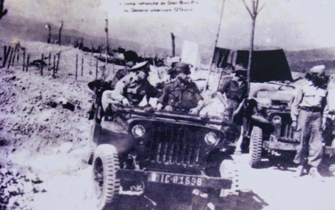 """Với quân đông, hỏa lực mạnh, hệ thống công sự vật cản vững chắc, quân lương đầy đủ, người Pháp cho rằng tập đoàn cứ điểm Điện Biên Phủ thực sự là """"pháo đài khổng lồ không thể công phá"""". Pháp tin Việt Minh với cách đánh truyền thống, khó khăn vũ khí và nhất là hậu cần sẽ dễ dàng sa lưới. Vì thế, ngay từ đầu năm 1954, Pháp cho máy bay rải tuyền đơn thách thức Việt Minh tấn công."""