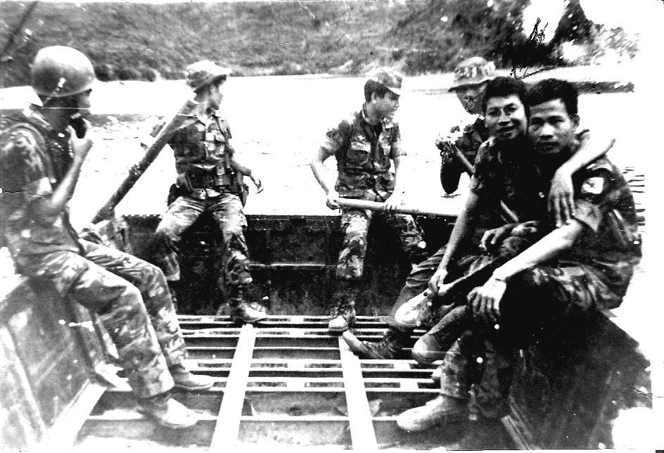 Image result for Các Sĩ quan TĐ11 Nhảy Dù tại sông Bồ 1973. Từ trái sang phải: Dũng, Quân, Thông, Tuấn, Oanh