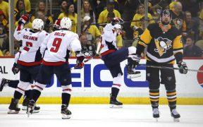 Jogadores de Washington comemoram gol da vitória de Kuznetsov