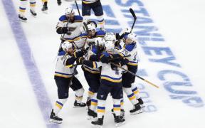 St. Louis Blues e Boston Bruins no jogo 2 da Stanley Cup Final, com vitória do Blues de 3 a 2