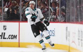 Logan Couture marca três gols na vitória de San Jose contra Colorado. Os Sharks lideram a série por 2-1.