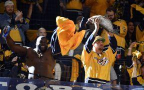 Fãs de Nashville Predators segurando um bagre, devido as superstições