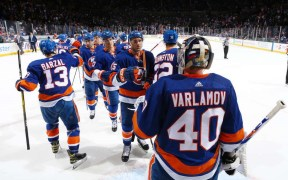 New York Islanders após vitória contra o Toronto Maple Leafs