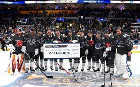 Os jogadores da Divisão Pacifica com o cheque do prêmio