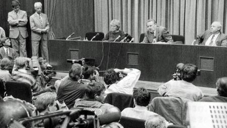 Günter Schabowski trong cuộc họp báo lịch sử tối 9-11-1989 - Ảnh tư liệu