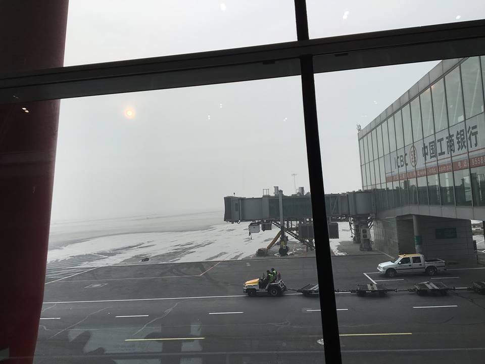 Phi trường Bắc Kinh không dùng đường hộp nối liền từ cửa máy bay vào thẳng phi trường