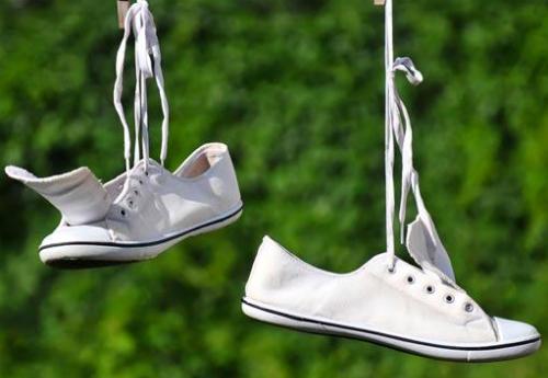tẩy vết bẩn trên giày trắng