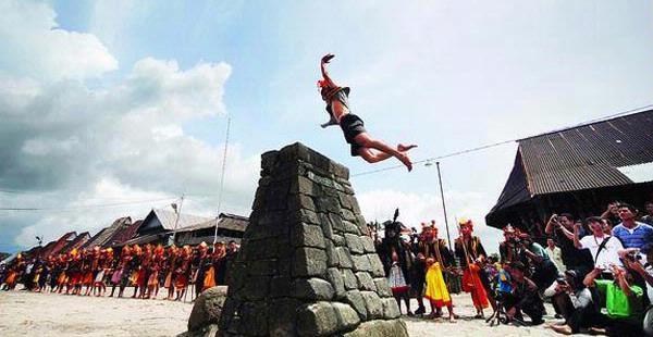 STONE JUMPING NA ILHA DE NIAS