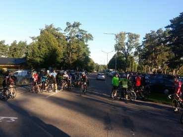 Förväntansfulla cyklister väntar på att snabbegruppen ska starta