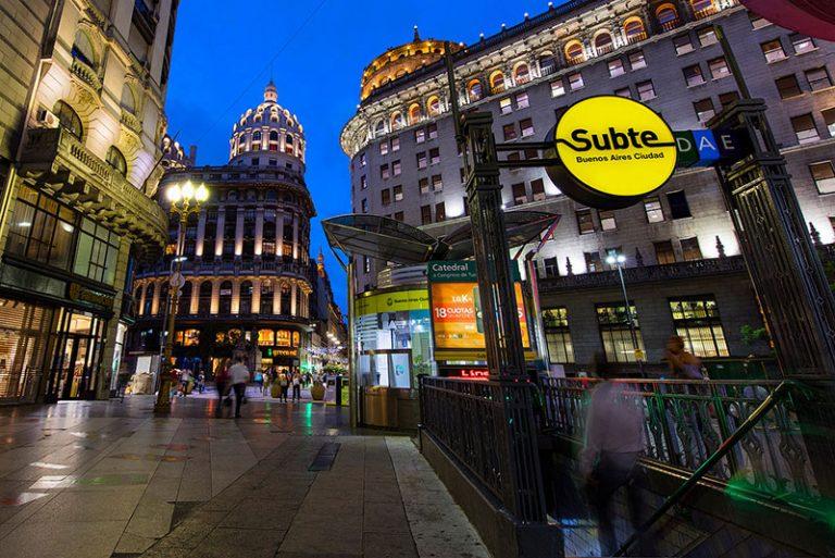 Le cupole del Microcentro di Buenos Aires di notte