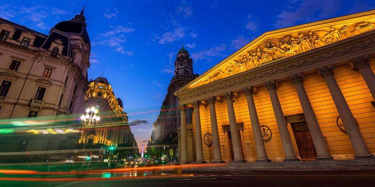 La Catedral Metropolitana y la Diagonal Norte al crepusculo