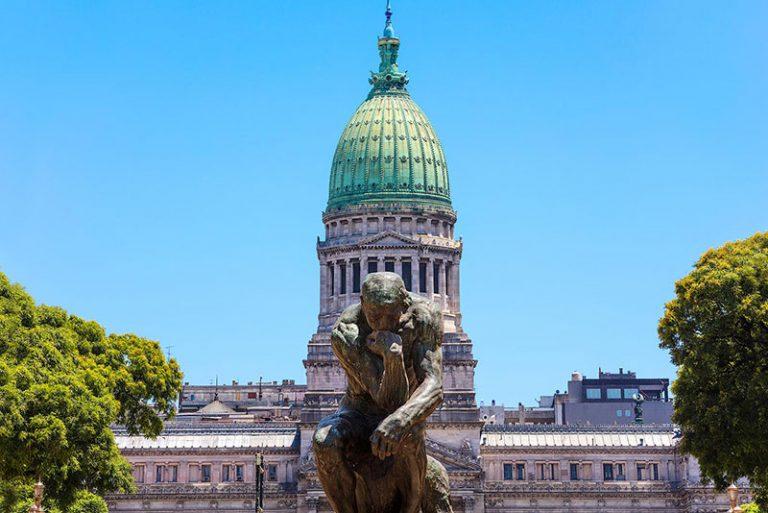 """La statua del """"Pensatore"""" con il Congresso della Nazione Argentina"""