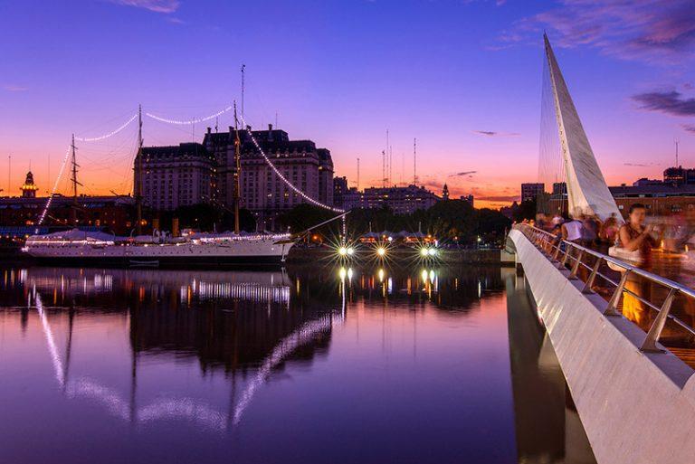 El puente de la mujer y la fragata Sarmiento en Puerto Madero al crepusculo