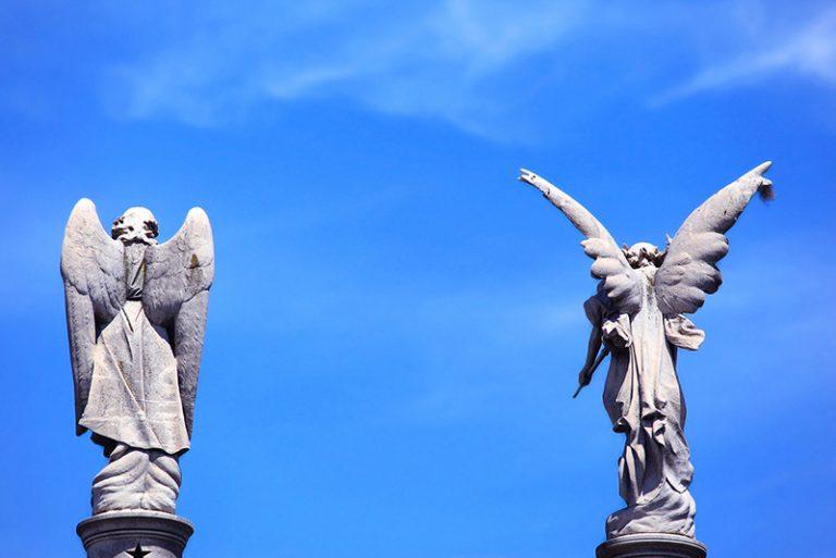 Statue di angeli nel cimitero monumentale della Recoleta