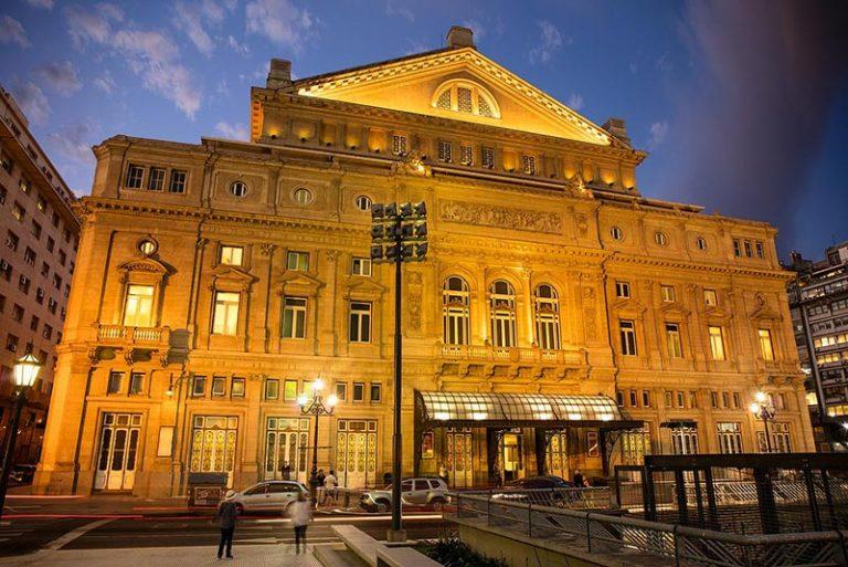 La fachada del Teatro Colon al crepusculo