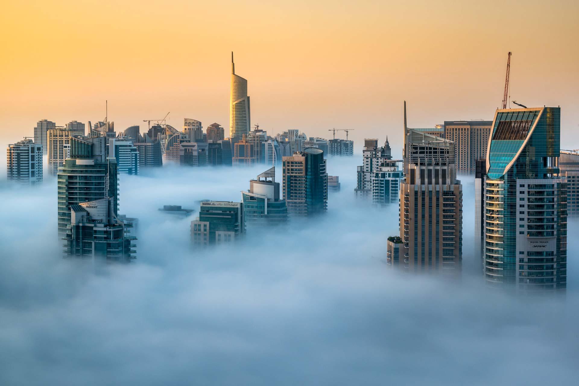 Grattacieli Dubai nebbia alba