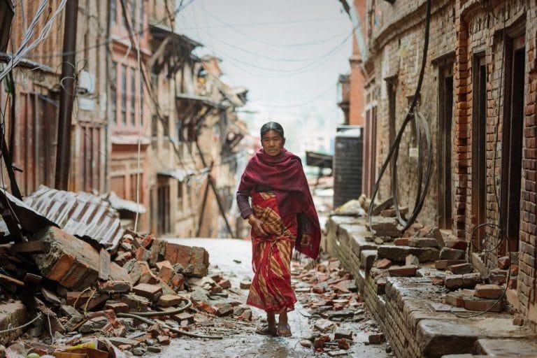 Mujer caminando entre los escombros, Katmandú