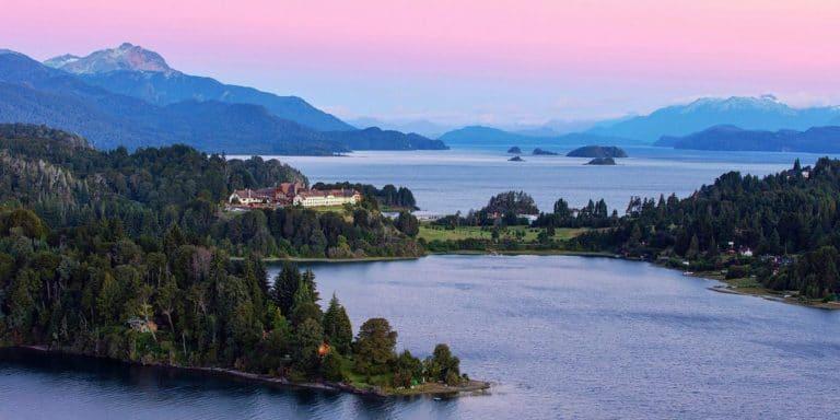El hotel Llao Llao durante el crepúsculo, Bariloche