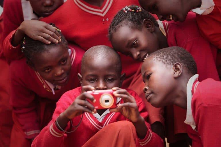 Niños participan en un workshop de fotografía en Kenya