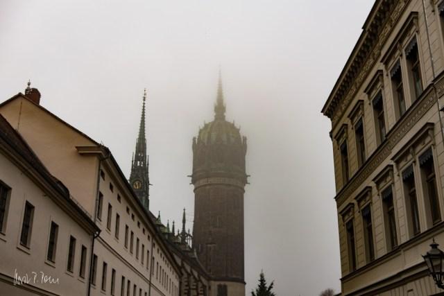 Turm der Schlosskirche im Nebel