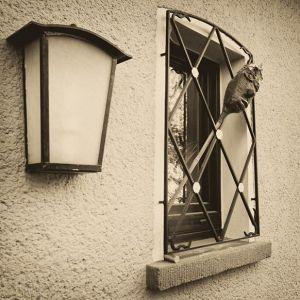 Wacht an unserer Haustür. #7Tage7Fotos SchwarzWeiß, keine Menschen, keine Erklärung.