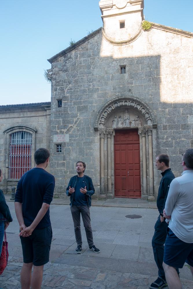 Christian vor der Kirche San Fiz de Solovio