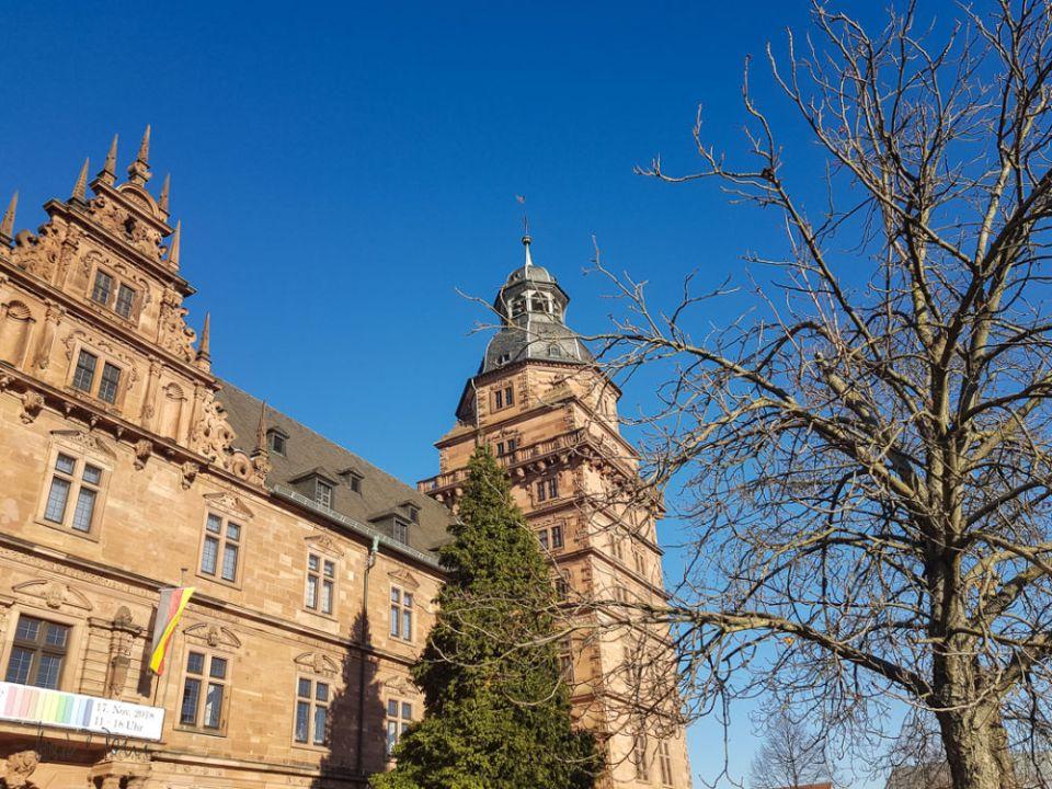Vor Schloss Johannisburg beginnt die Tour