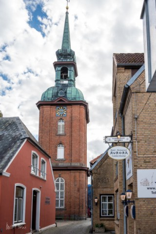 """Sankt Nikolai Kirche und die """"Landarztkneipe"""""""