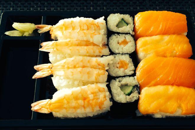 8 Nigiri (4x Lachs, 4x Ebi-Shrimp), 4 Hosomaki (2x Lachs, 2x Gurke)...