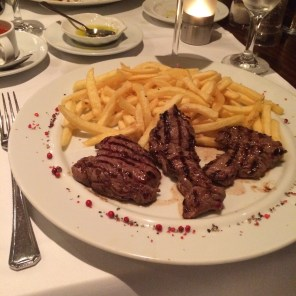 Plat principal: Steak minute Frites mit Gewürzcoulis