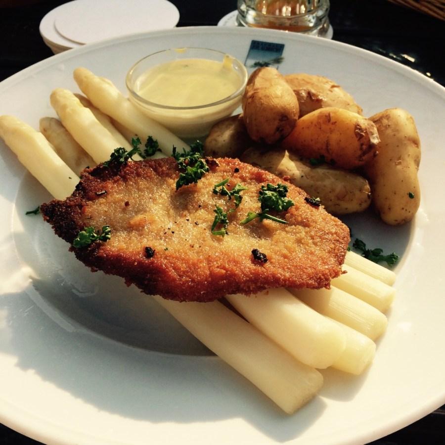 Spargel typisch deutsch... Mit kleinem Schnitzel, Kartoffeln und Sauce Hollandaise @ Biergarten Brauhaus Joh. Albrecht, Bielefeld