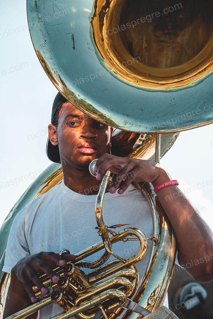 Visage aux reflets d'Antonio, s'entraînant au tuba avec son groupe à Détroit