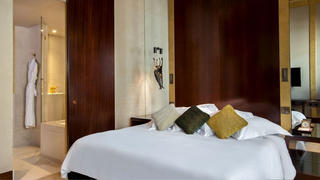 Park-Hyatt-Paris-Vendome-P984-Prestige-Suite-Bedroom.adapt.16x9.1280.720