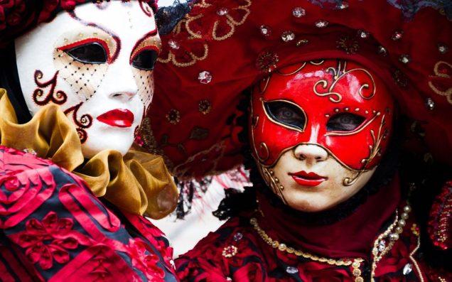 LecarnavaldeVeniseest une fête traditionnelle italienne remontant auMoyen Âge. Les couleurs, les formes, les costumes et les masques sont au rendez-vous. Il attire des foules considérables venues du monde entier. Il commence dix jours avant leMercredi des Cendreset se poursuit jusqu'auMardi gras.